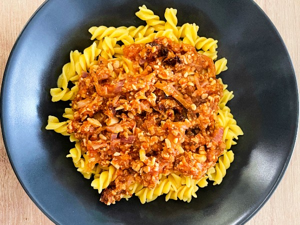 How to make a simple and nourishing vegan bolognese - pasta bolognese or ragu in a plate